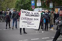 """Trotz Corona-Versammlungseinschraenkung gingen am 1. Mai 2020 in Berlin 3.000 Menschen in Berlin-Kreuzberg auf die Strasse. Sie protestierten u.a. fuer die Aufnahme von Gefluechteten aus den ueberfuellten griechischen Fluechtlingslagern und die Unterstuetzung von Automobilkonzernen wegen der Corona-Krise.<br /> Im Bild: Menschen halten ein Transparent mit der Aufschrift """"Corona ist kein Gleichmacher! Enteignung schon. Krisenkosten Fairteilen"""".<br /> 1.5.2020, Berlin<br /> Copyright: Christian-Ditsch.de<br /> [NUR FUER REDAKTIONELLE ZWECKE! Werbung nur auf Anfrage beim Fotografen. Inhaltsveraendernde Manipulation des Fotos nur nach ausdruecklicher Genehmigung des Fotografen. Vereinbarungen ueber Abtretung von Persoenlichkeitsrechten/Model Release der abgebildeten Person/Personen liegen nicht vor. NO MODEL RELEASE! Don't publish without copyright Christian-Ditsch.de, Veroeffentlichung nur mit Fotografennennung, sowie gegen Honorar, MwSt. und Beleg. Konto: I N G - D i B a, IBAN DE58500105175400192269, BIC INGDDEFFXXX, Kontakt: post@christian-ditsch.de<br /> Bei der Bearbeitung der Dateiinformationen darf die Urheberkennzeichnung in den EXIF- und  IPTC-Daten nicht entfernt werden, diese sind in digitalen Medien nach §95c UrhG rechtlich geschuetzt. Der Urhebervermerk wird gemaess §13 UrhG verlangt.]"""