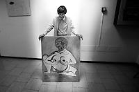 Il 31 marzo chiuderanno gli Ospedali Psichiatrici Giudiziari, gli OPG ex manicomi criminali. L'ospedale Psichiatrico Giudiziario di Castiglione delle Stiviere (MN) è l'unico dei sei OPG in Italia ad avere un reparto femminile. All'interno dell'opg è attivo un atelier di pittura