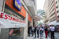 SÃO PAULO,SP, 06.10.2015 - GREVE-BANCÁRIOS - Agências bancárias amanheceram com cartazes informando a greve da categoria na região central de São Paulo, nesta terça-feira (06). Em todo o país, trabalhadores entraram em greve hoje por tempo indeterminado. Eles pedem reajuste salarial de 16% com piso de R $ 3.299,66, contra os 5,5%, com piso variável de R$ 1.321,26 a R$ 2.560,23, oferecido pela Federação Brasileira de Bancos (Febraban). (Foto: Fernando Nascimento/Brazil Photo Press)