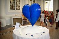 Le COEUR DES ANGES, une sculpture de l'artiste AgnÈs Patrice-Crepin, un coeur bleu, en hommage aux victimes du 14 juillet 2016 ‡ Nice. La volontÈ d'une sculpture federatrice et qui incarne l'Amour et l'Espoir, Hotel Westminster, Nice, Sud de la France, samedi 15 juillet 2017.