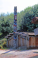 Vancouver: U.B.C. Museum of Antropology. Indian House & Totem Pole. Photo '86.