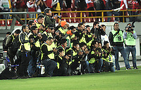 BOGOTA- COLOMBIA - 11-02-2014: Los fotografos de prensa durante partido entre Independiente Santa Fe de Colombia y Nacional de Paraguay de la segunda fase, grupo 4, de la Copa Bridgestone Libertadores en el estadio Nemesio Camacho El Campin, de la ciudad de Bogota. / The press photographres during a match between Independiente Santa Fe of Colombia and Nacional of Paraguay for the second phase, group 4, of the Copa Bridgestone Libertadores in the Nemesio Camacho El Campin in Bogota city. Photo: VizzorImage / Luis Ramirez / Staff.