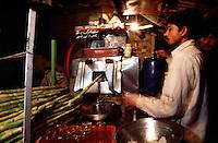 Shugar cane juice at the Kashmiri Bazaar in the old town of Lahore.<br /> 15.2.2001, Lahore/Pakistan<br /> Copyright: Christian-Ditsch.de<br /> [Inhaltsveraendernde Manipulation des Fotos nur nach ausdruecklicher Genehmigung des Fotografen. Vereinbarungen ueber Abtretung von Persoenlichkeitsrechten/Model Release der abgebildeten Person/Personen liegen nicht vor. NO MODEL RELEASE! Nur fuer Redaktionelle Zwecke. Don't publish without copyright Christian-Ditsch.de, Veroeffentlichung nur mit Fotografennennung, sowie gegen Honorar, MwSt. und Beleg. Konto: I N G - D i B a, IBAN DE58500105175400192269, BIC INGDDEFFXXX, Kontakt: post@christian-ditsch.de<br /> Bei der Bearbeitung der Dateiinformationen darf die Urheberkennzeichnung in den EXIF- und  IPTC-Daten nicht entfernt werden, diese sind in digitalen Medien nach §95c UrhG rechtlich geschuetzt. Der Urhebervermerk wird gemaess §13 UrhG verlangt.]