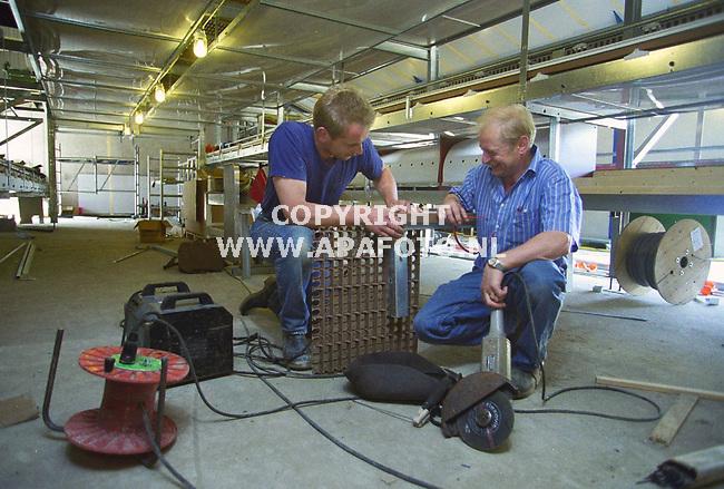 didam 210700 hr. lanters(r) en zijn bedrijfsleider martin vonk druk doende de nieuwe stal klaar te krijgen voordat 4 augustus de kippen erin moeten. <br />foto frans ypma APA-foto