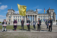 """Die Vereinigung der Verfolgten des Naziregimes - Bund der Antifaschistinnen und Antifaschisten (VVN/BdA) uebergab am Donnerstag den 7. Mai 2020 vor dem Deutschen Bundestag eine Petition """"8. Mai zum Feiertag machen"""" mit ueber 100.000 Unterschriften an Bundestagsabgeordnete.<br /> Die Organisation Ueberlebender des Nationalsozialismus moechte mit der Petition erreichen, dass der Tag der Befreiung ab 2021 in ganz Deutschland zum Feiertag erklaert wird und nicht nur einmalig 2020 im Bundesland Berlin.<br /> Im Bild vlnr.: Petra Pau, MdB der Linkspartei und Vizepraesidenten des Deutschen Bundetag; Claudia Roth, Mitglied der Bundestatgsfraktion von Buendnis 90/Die Gruenen und Vizepraesidentin des Deutschen Bundestag; Florian Gutsche, Bundessprecher der VVN/BdA; Hans Coppi jr., Sohn der Widerstandkaempfer Hans und Hilde Coppi; der SPD-Bundestagsabgeordnete und Vizepraesident des Deutschen Bundestag, Thomas Oppermann; Canan Bayran, MdB Buendnis 90/Die Gruenen.<br /> Die Eltern von Hans Coppi jr. waren Mitglied in der Widerstandorganisation """"Rote Kapelle"""" und wurden im Nationalsozialismus hingerichtet.<br /> 7.5.2020, Berlin<br /> Copyright: Christian-Ditsch.de<br /> [NUR FUER REDAKTIONELLE ZWECKE! Werbung nur auf Anfrage beim Fotografen. Inhaltsveraendernde Manipulation des Fotos nur nach ausdruecklicher Genehmigung des Fotografen. Vereinbarungen ueber Abtretung von Persoenlichkeitsrechten/Model Release der abgebildeten Person/Personen liegen nicht vor. NO MODEL RELEASE! Don't publish without copyright Christian-Ditsch.de, Veroeffentlichung nur mit Fotografennennung, sowie gegen Honorar, MwSt. und Beleg. Konto: I N G - D i B a, IBAN DE58500105175400192269, BIC INGDDEFFXXX, Kontakt: post@christian-ditsch.de<br /> Bei der Bearbeitung der Dateiinformationen darf die Urheberkennzeichnung in den EXIF- und  IPTC-Daten nicht entfernt werden, diese sind in digitalen Medien nach §95c UrhG rechtlich geschuetzt. Der Urhebervermerk wird gemaess §13 UrhG verlangt.]"""