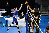 27-03-2021: Volleybal: Amysoft Lycurgus v Draisma Dynamo: Groningen Lycurgus speler Bennie Tuinstra tikt de bal over het Dynamo blok