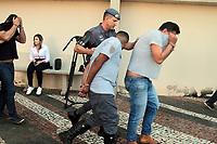 """CAMPINAS, SP 11.04.2018-OPERACAO VIDOCQ-Um dos presos com roupa da Policia Militar Rodoviaria.. Na manhã desta quarta-feira (11), o Gaeco, em conjunto com o 1 BAEP, com a Corregedoria da Polícia Civil e com a Corregedoria da Polícia Militar da cidade de Campinas (SP), deflagrou a operação """"Vidocq"""", que visa desmantelar organização criminosa voltada à prática dos crimes de roubo circunstanciado e furto qualificado de cargas na região de Campinas. Para tanto, foram cumpridos dezessete mandados de prisão temporária, além de vinte e dois mandados de busca e apreensão e mais dezessete mandados de apreensão de veículos, nas cidades de Campinas, Paulinia, Sumaré, Nova Odessa, Cosmópolis, Hortolandia e Artur Nogueira. O grupo criminoso tinha como uma das marcas características, em alguns dos crimes, simular a condição de Policial Militar, inclusive com a utilização de fardas, para facilitar a abordagem aos caminhões e veículos que transportavam as cargas de interesse. O prazo da prisão é de cinco dias, prorrogável por igual período. Dentre os alvos da operação encontram-se dois Policiais Militares, um Policial Civil e um Guarda Municipal, cuja participação na organização criminosa também é alvo de investigação. (Foto: Denny Cesare/Codigo19)"""