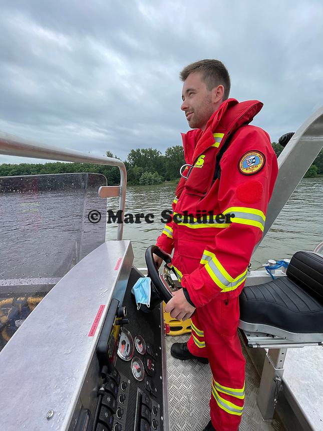 Leeheim 24.06.2021: DLRG-Bootsführer<br /> Niklas Reinhardt bei der Mann-über-Bord/Mann-im-Wasser Rettungsübung<br /> Foto: Vollformat/Marc Schüler, Schäfergasse 5, 65428 R'eim, Fon 0151/11654988, Bankverbindung KSKGG BLZ. 50852553 , KTO. 16003352. Alle Honorare zzgl. 7% MwSt.