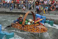 """Best of Pappbootrennen 2013 im Kanupark Markkleeberg anlässlich des Wasserfest 2013 - Team """"Dorfnasen"""" . Foto: Norman Rembarz"""