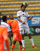 BOGOTA -COLOMBIA, 10 -AGOSTO-2014. Fernando Battiste   ( D) de La Equidad  F.C. disputa el balón con Angello Rodriguez  ( I ) del Envigado FC  durante partido de la  cuarta  fecha  de La Liga Postobón 2014-2. Estadio Metroplitano de Techo . / Fernando Battiste     (R) of Equidad FC    fights for the ball with Angello Rodriguez   of Envigado FC   during match of the 4th date of Postobon  League 2014-2. Metroplitano de Techo Stadium. Photo: VizzorImage / Felipe Caicedo / Staff