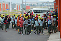 ETHIOPIA , Southern Nations, Hawassa or Awasa, Hawassa Industrial Park, chinese-built for the ethiopian government to attract foreign investors with low rent and tax free to establish a textile industry and create thousands of new jobs, taiwanese company Everest Textile Co. Ltd., women arrive at the factory in the morning  / AETHIOPIEN, Hawassa, Industriepark, gebaut durch chinesische Firmen fuer die ethiopische Regierung um die Hallen fuer Textilbetriebe von Investoren zu vermieten, taiwanesische Firma Everest Textile Co. Ltd., Frauen gehen in die Fabriken