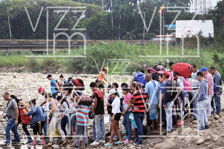 CUCUTA - COLOMBIA, 02-03-2019: Venezolanos tratan de pasar la frontera, por la trocha Manguitos, hacia Colombia hoy, 2 de marzo de 2019, huyendo de las dificiles condiciones en su país en donde el regimen de Nicolás Maduro disputa el poder con Juan Guaidó, presidente interino de Venezuela y reconocido por parte de la comunidad internacional. / Venezuelan people cross the border by the step walk Manguitos today, March 02, 2019, to Colombia leaving the bad conditions of their country where the Maduro's regimen dispute the power with Juan Guaido interim president and recognized by many international comunity . Photo: VizzorImage / Manuel Hernandez / Cont