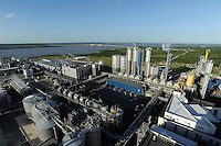"URUGUAY Fray Bentos , Zellulosefabrik und Biomassekraftwerk der UPM ( vorher BOTNIA ) am Ufer des Fluss Uruguay , Herstellung von Zellulose aus FSC Eukalytus Holz fuer die Papierherstellung , ein eigenes Biomassekraftwerk produziert 40 MW Strom und Dampf , Hintergrund Grenz Bruecke ueber den Rio Uruguay nach Argentinien  | .URUGUAY Fray Bentos ,  UPM pulp mill produce ECF (elemental chlorine free) pulp from FSC eucalyptus wood, Capacity, tonnes annually 1,100,000 and the mill produces electricity and steam for own consumption and in addition 20-30 MW electricity for the national grid , factory former known as BOTNIA   .| [ copyright (c) Joerg Boethling / agenda , Veroeffentlichung nur gegen Honorar und Belegexemplar an / publication only with royalties and copy to:  agenda PG   Rothestr. 66   Germany D-22765 Hamburg   ph. ++49 40 391 907 14   e-mail: boethling@agenda-fototext.de   www.agenda-fototext.de   Bank: Hamburger Sparkasse  BLZ 200 505 50  Kto. 1281 120 178   IBAN: DE96 2005 0550 1281 1201 78   BIC: ""HASPDEHH"" ,  WEITERE MOTIVE ZU DIESEM THEMA SIND VORHANDEN!! MORE PICTURES ON THIS SUBJECT AVAILABLE!! ] [#0,26,121#]"