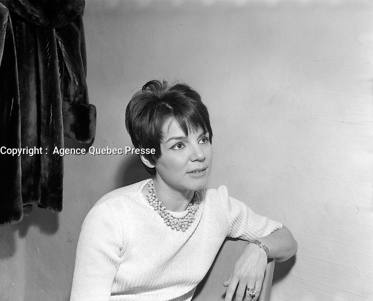 Sujet : La chanteuse Aglae<br /> <br /> Date : 25 février 1966<br /> <br /> Photographe : Photo Moderne-  © Agence Québec Presse<br /> <br /> Historique de diffusion: Le Soleil 26 février 1966 p.26
