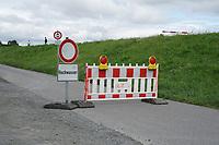 Straße am Damm in Biebesheim gesperrt wegen Hochwasser - Suedhessen 15.07.2021: Hochwasser am Rhein des sueshessischen Ried