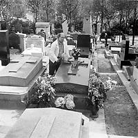 la tombe d'Edith Piaf au cimetiere Lachaise, Paris, France<br /> <br /> (date inconnue, avant 1984).<br /> <br /> <br /> Photo : Agence Quebec Presse - Roland Lachance