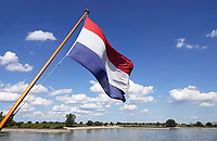 Nederland  Nijmegen  - September 2020.    De Waal. Nederlandse vlag.    Foto : ANP/ Hollandse Hoogte / Berlinda van Dam