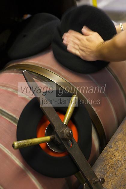 Europe/France/Aquitaine/64/Pyrénées-Atlantiques/Nay: Fabrication artisanale du Béret basque  en fait d'origine Béarnaise chez Blancq-Olibet - Grattage du béret pour lever les poils