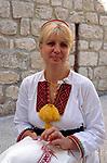 Kroatien, Dalmatien, Dubrovnik: Altstadt - Frau in Landestracht bei Stickarbeiten   Croatia, Dalmatia, Dubrovnik: Old Town -  woman in national costume