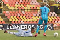 VILLAVICENCIO - COLOMBIA, 21-11-2020: Kevin Armesto arquero de Llaneros F.C. en acción durante el encuentro con Union Magadalena durante partido por la fecha 1 de los cuadrangulares semifinales como parte del Torneo BetPlay DIMAYOR 2020 jugado en el estadio Bello Horizonte de la ciudad de Villavicencio. / Kevin Armesto goalkeeper of Llaneros F.C. in action during match against Union Magadalena for the date 1 of the semifinal home runs as part of BetPlay DIMAYOR 2020 tournament played at Metropolitano de Techo stadium in Bogotá city. Photo: VizzorImage / Juan Herrera / Cont