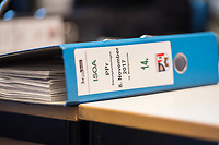 Sondersitzung des Innenausschuss des Berliner Abgeordnetenhaus am Mittwoch den 8.11.2017 zu Vorwuerfen gegen Polizeiakademie.<br /> An der Berliner Polizeiakademie soll es nach anonymen Quellen zu Vorfaellen mit Bedrohungen durch Auszubildende gegen Ausbilder, moegliche Verbindungen von Auszubildende zu Organisierten Kriminalitaet und mehr gekommen sein. Auffallend an den Aussagen der anonymen Quellen ist laut Innensenator Andreas Geisel der rassistische Grundton gegen Auszubildende mit Migrationshintergrund.<br /> Im Bild: Aktenordner zur Sitzung des Polizeipraesidenten Klaus Kandt.<br /> 8.11.2017, Berlin<br /> Copyright: Christian-Ditsch.de<br /> [Inhaltsveraendernde Manipulation des Fotos nur nach ausdruecklicher Genehmigung des Fotografen. Vereinbarungen ueber Abtretung von Persoenlichkeitsrechten/Model Release der abgebildeten Person/Personen liegen nicht vor. NO MODEL RELEASE! Nur fuer Redaktionelle Zwecke. Don't publish without copyright Christian-Ditsch.de, Veroeffentlichung nur mit Fotografennennung, sowie gegen Honorar, MwSt. und Beleg. Konto: I N G - D i B a, IBAN DE58500105175400192269, BIC INGDDEFFXXX, Kontakt: post@christian-ditsch.de<br /> Bei der Bearbeitung der Dateiinformationen darf die Urheberkennzeichnung in den EXIF- und  IPTC-Daten nicht entfernt werden, diese sind in digitalen Medien nach §95c UrhG rechtlich geschuetzt. Der Urhebervermerk wird gemaess §13 UrhG verlangt.]