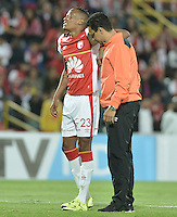 BOGOTÁ - COLOMBIA -29-09-2015: Luis Quiñones jugador de Santa Fe abandona el campo de juego lesionado durante el encuentro de vuelta entre Independiente Santa Fe (COL) y Emelec (ECU) por octavos de final, llave C, de la Copa Sudamericana 2015 jugado en el estadio Nemesio Camacho El Campín de la ciudad de Bogota./ Luis Quiñones player of Santa Fe leaves the field injured during secong leg match between Independiente Santa Fe (COL) and Emelec (ECU) for the knockout stages, key C, of the Copa Sudamericana 2015 played at Nemesio Camacho El Campin stadium in Bogota city.  Photo: VizzorImage/ Gabriel Aponte /Staff