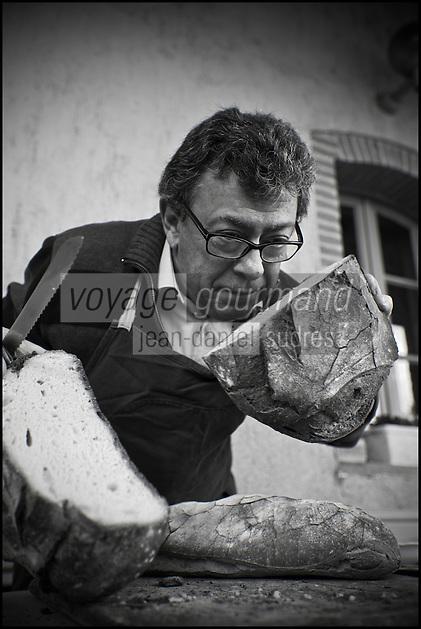 Europe/France/Midi-Pyrénées/82/Tarn-et-Garonne/Saint-Étienne-de-Tulmont: le chef, Christian Constant et le pain de campagne [Non destiné à un usage publicitaire - Not intended for an advertising use]