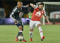BOGOTÁ -COLOMBIA, 07-02-2016. Jonathan Gomez (Der.) jugador de Santa Fe disputa el balón con Lewis Ochoa (Izq.) jugador de Millonarios durante partido entre Independiente Santa Fe y Millonarios por la fecha 3 de la Liga Aguila I 2016  jugado en el estadio Nemesio Camacho El Campin de la ciudad de Bogota. / Jonathan Gomez (R) player of Santa Fe struggles for the ball with Lewis Ochoa (L) player of Millonarios during a match between Independiente Santa Fe and Cucuta Deportivo for the date 3 of the Liga Aguila I 2016 played at the Nemesio Camacho El Campin Stadium in Bogota city. Photo: VizzorImage/ Gabriel Aponte / Staff