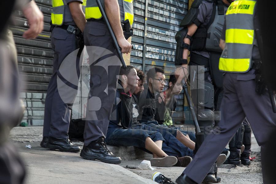 SAO PAULO, SP - 09.01.2015 - MANIFESTAÇÃO CONTRA AUMENTO DA TARIFA / MPL - Manifestantes do Movimento Passe Livre e policiais entram em confronto no centro de São Paulo na tarde desta sexta-feira (9) em ato contra o aumento das passagens de Onibus e Metro, reajustadas para R$ 3,50 no início deste mes.<br /> <br /> (Foto: Fabricio Bomjardim / Brazil Photo Press)