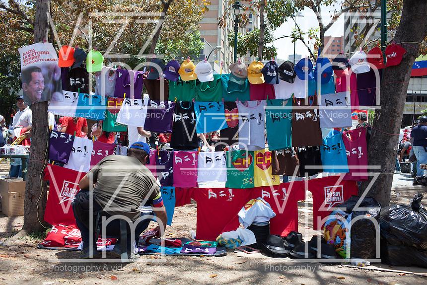 CARACAS - VENEZUELA 08-03-2013, Un hombre vende camisetas alusivas a Chávez durante el funeral de esrtado. El lider y  presidente de Venezuela, Hugo Chávez Frías, falleció el pasado martes 5 de marzo de 2013 a causa de un cancer a la edad de 58 años./ A man sells t-shirts allusive to Chavez during the state funeral. The leader and president of Venezuela, Hugo Chavez Frias who died by cancer the past March 5th of 2013 at the age of 58. Photo: VizzorImage / CONT