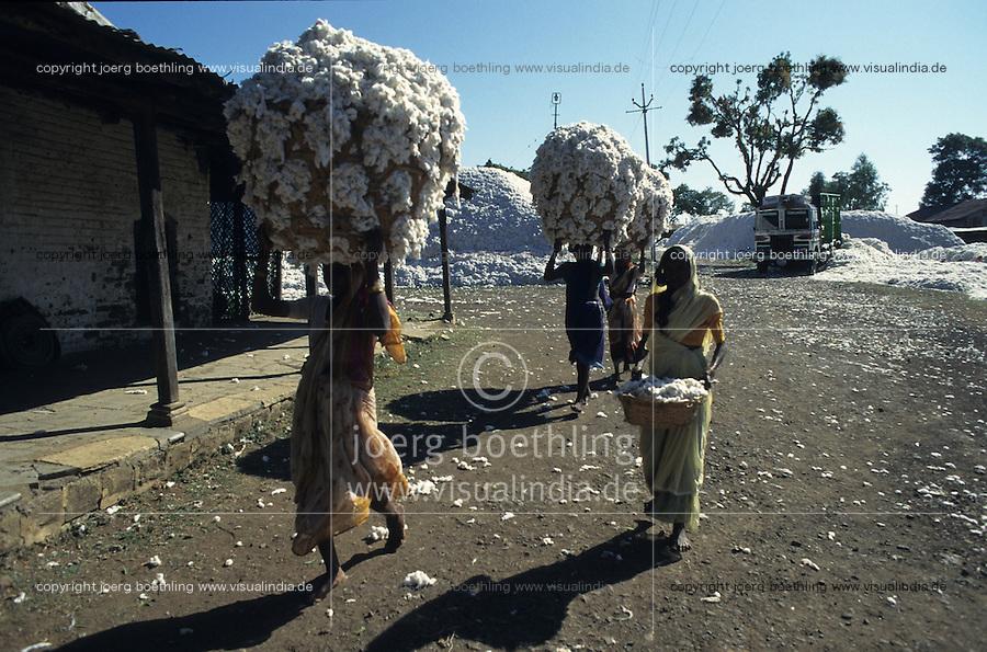 INDIA Maharashtra Yavatmal, cotton ginning unit , women carry cotton in basket on the head / INDIEN Maharashtra, Baumwollentkernung Fabrik in Yavatmal  , Frauen tragen Baumwolle im Korb auf Kopf