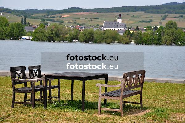Sitzgruppe im Ingelheimer Sommergarten Am Rheinufer mit Blick auf Oestrich-Winkel