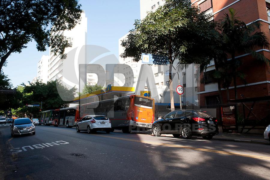 SAO PAULO, SP, 12.08.2015 - TRANSITO-SP - Sinalização de redução de velocidade para 50 km/h na avenida Angélica, no bairro Higienópolis, nessa quarta-feira 12. ( Foto: Gabriel Soares/ Brazil Photo Press)