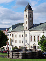 Stephanplatz mit Franziskanerkirche und Barockbrunnen, Kremnica, Banskobystricky kraj, Slowakei, Europa<br /> Stephan's square with baroque fountain and Franciscan church, Kremnica, Banskobystricky kraj, Slovakia, Europe