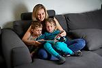Delphine Bachmann, PDC, mère de famille et infirmière de 32 ans chez elle à Gnève. Genève Mars 2021. ©Nicolas Righetti/Lundi13.ch