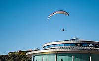 Aberystwyth, West Wales, UK Weather: A man paragliding over Aberystwyth promenade in Wales, UK