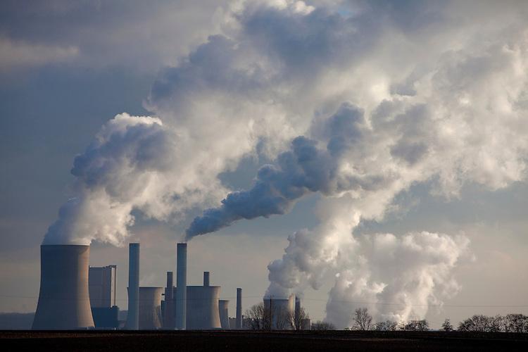 Europa, DEU, Deutschland, Nordrhein Westfalen, NRW, Rheinland, Niederrhein, Niederaußem, Kraftwerk, Braunkohlekraftwerk, Rauch, Schornstein, Abgase, Rauchgas, Emission, Kategorien und Themen, Umwelt, Umweltschutz, Umweltverschmutzung, Umweltprobleme, Umweltbelastung, Umweltzerstoerung, Umweltsuender, Umweltverbrechen, Umweltthema, Umweltthemen, Industrie, Industriefotografie, Wirtschaft, Wirtschaftsthemen, Technik, Technologie, Technologien<br /> <br /> [Fuer die Nutzung gelten die jeweils gueltigen Allgemeinen Liefer-und Geschaeftsbedingungen. Nutzung nur gegen Verwendungsmeldung und Nachweis. Download der AGB unter http://www.image-box.com oder werden auf Anfrage zugesendet. Freigabe ist vorher erforderlich. Jede Nutzung des Fotos ist honorarpflichtig gemaess derzeit gueltiger MFM Liste - Kontakt, Uwe Schmid-Fotografie, Duisburg, Tel. (+49).2065.677997, <br /> archiv@image-box.com, www.image-box.com]