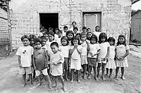 Alunos werekena na comunidade de Anamoim, alto rio Xié, fronteira do Brasil com a Colômbia. Amazonas , Brasil, <br />Foto Paulo Santos/Interfoto<br />06/06/2002 Expedição Werekena do Xié<br /> <br /> Os índios Baré e Werekena (ou Warekena) vivem principalmente ao longo do Rio Xié e alto curso do Rio Negro, para onde grande parte deles migrou compulsoriamente em razão do contato com os não-índios, cuja história foi marcada pela violência e a exploração do trabalho extrativista. Oriundos da família lingüística aruak, hoje falam uma língua franca, o nheengatu, difundida pelos carmelitas no período colonial. Integram a área cultural conhecida como Noroeste Amazônico. (ISA)