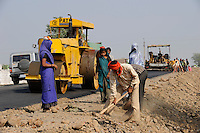 INDIA, road construction near Indore / INDIEN , Strassenbau bei Indore