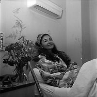 intérieur d'une chambre d'un hôpital Toulousain. Le 9 juillet 1966. Plan rapproché sur la chanteuse Maria Candido, alitée dans une chambre d'hopital suite à une opération.