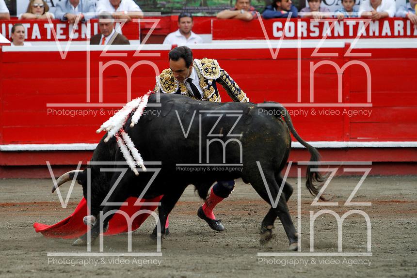 MANIZALES-COLOMBIA. 09-01-2016: El Cid lidiando su segundo toro de la ganadería Achury viejo durante la cuarta corrida como parte de la versión número 60 de La Feria de Manizales 2016 que se lleva a cabo entre el 2 y el 10 de enero de 2016 en la ciudad de Manizales, Colombia. / The bullfighter El Cid struggling his second bull during the fourth bullfight as part of the 60th version of Manizales Fair 2016 takes place between 2 and 10 January 2016 in the city of Manizales, Colombia. Photo: VizzorImage / Santiago Osorio / Cont