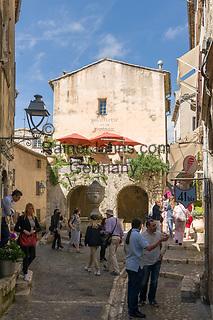 Frankreich, Provence-Alpes-Côte d'Azur, Saint-Paul de Vence: Grande Fontaine in der Rue Grande, viele Touristen besuchen dieses mittelalterliche Staedtchen, in dem viele Kuenstler und Kunsthandwerker leben, auch Marc Chagall lebte hier 20 Jahre lang, sein Grab befindet sich auf dem hiesigen Friedhof  | France, Provence-Alpes-Côte d'Azur, Saint-Paul de Vence: Grande Fontaine in Rue Grande, medieval town residence of many artists and artisans, Marc Chagall lived here for 20 years, he is buried at the local cemetery