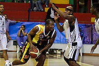 MANIZALES-COLOMBIA-11-03-2013.  Dio medes Casiani del Once Caldas, Bloquea su contendor,durante partido de la fecha 11 de la Liga Direct TV de baloncesto Profesional de Colombia 2013./  during the game of the date 11 of Colombian Professional basketball League DirecTV 2013. Photo: VizzorImage/CONT