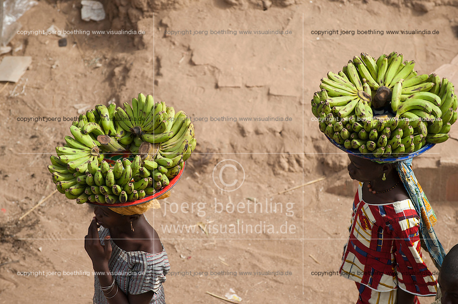 MALI Djenne , women carry banana on the head to sell on the market / MALI Djenne, Frauen tragen Bananen auf dem Kopf zum Markt