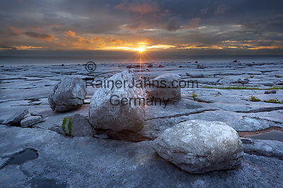 Ireland, County Clare, near Ballyvaughan: The Burren, typical landscape with fissured limestone pavement and round boulders at sunset | Irland, County Clare, The Burren (steiniger Ort): einzigartige Karstlandschaft mit zerklueftetem Kalkstein bei Sonnenuntergang