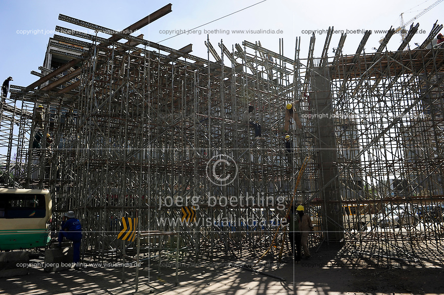 ETHIOPIA, Addis Ababa, construction of light rail network by CREC China Railway Engineering Corporation / AETHIOPIEN, Addis Abeba, Bau einer S-Bahn durch China Railway Engineering Corporation, CREC, Bau einer Fussgaengerbruecke zum Bahnhof