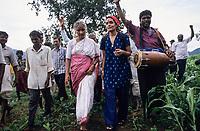 INDIA, Narmada river and dams, reservoir of Narmada dam Sardar Sarovar Project, Narmada Bachao Andolan NBA, movement to save the Narmada, tribal village Domkhedi, rally in the valley, Medha Patkar and Arundhati Roy / INDIEN, Narmada Fluss und Staudaemme, Stausee des Sardar Sarovar Projekt Staudamm, Adivasi Dorf Domkhedi, Demo mit Medha Patkar und Arundhati Roy