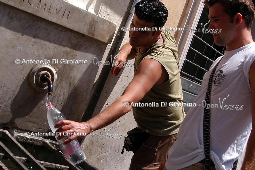 Caldo in città. Hot summer in the city..Turisti si rinfrescano nelle fontane di Roma.People find refuge from the high summer temperature at fountain in Rome. ....