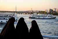TURKEY Istanbul, veiled muslim women at Golden Horn / TUERKEI Istanbul, verschleierte muslimische Frauen am Goldenen Horn