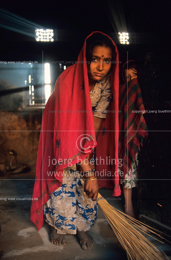 INDIA, Rajasthan, Tilonia, young girl works in household, in villages young girls are married very early by their parents / Indien Tilonia, junges Maedchen arbeitet im Haushalt, Maedchen werden hier oft schon in der Kindheit durch die Eltern verheiratet